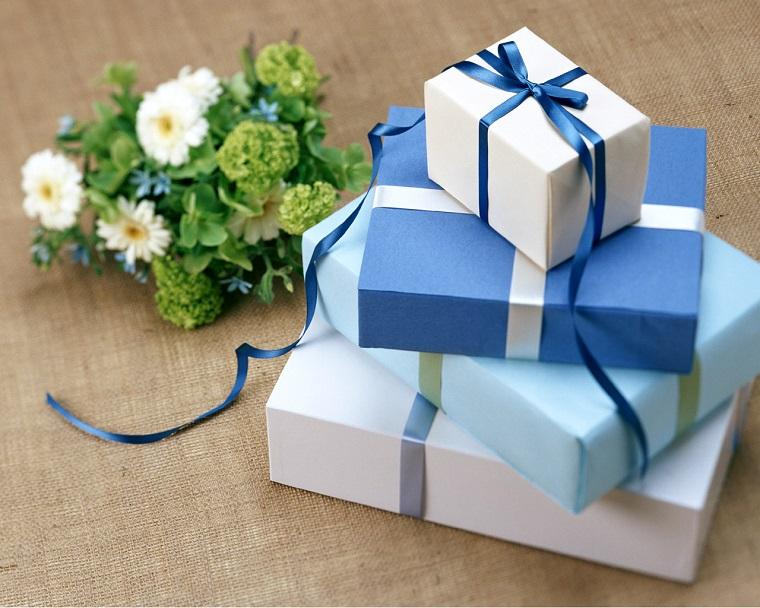 Pacchi regalo da uomo di colore azzurro e fiori
