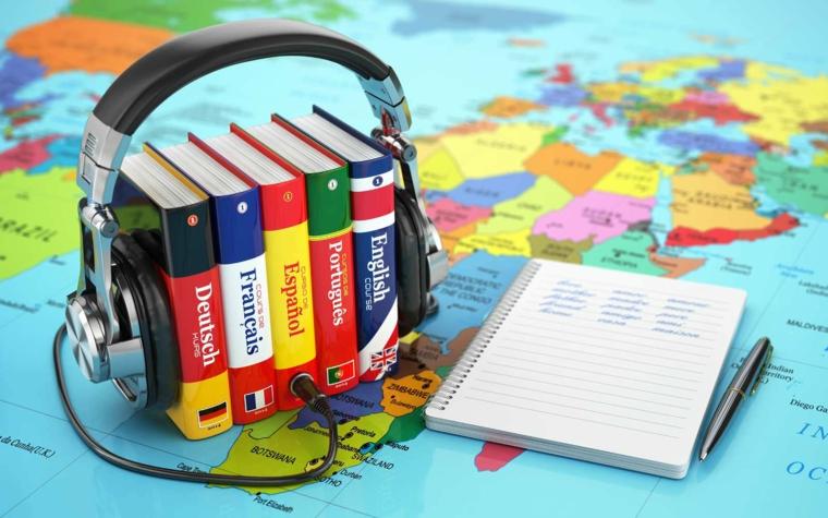 Idee regalo uomo compleanno e un'idea con corso di lingue con cuffie e dizionari