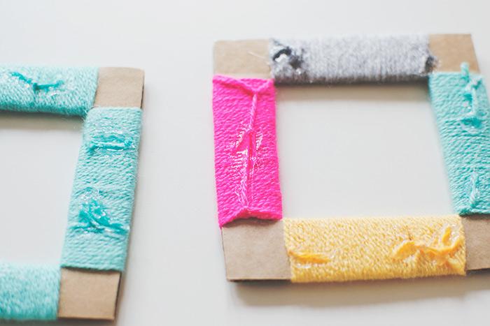 Cornici fai da te con i filati di lana, lavoretti estivi da proporre ai bambini