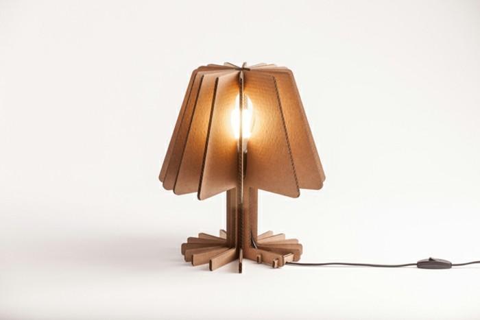 Una lampada da comodino costruita con le scatole di cartone