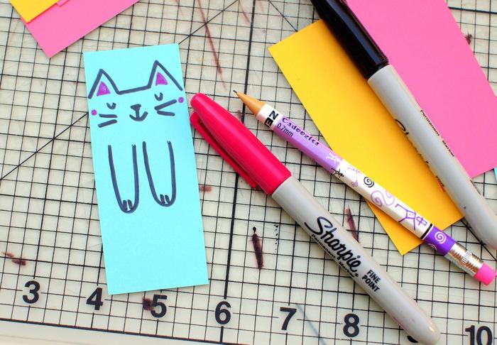 Lavoretti estivi per bambini con segnalibro di gattini e cartoncini colorati
