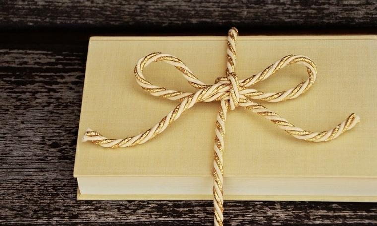Un libro con copertina rigida di colore beige, cosa regalare ad un uomo che ama leggere