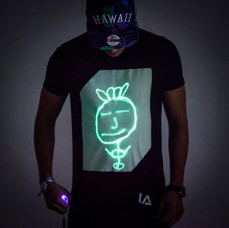 Una maglietta con disegni neon, regalo anniversario per lui