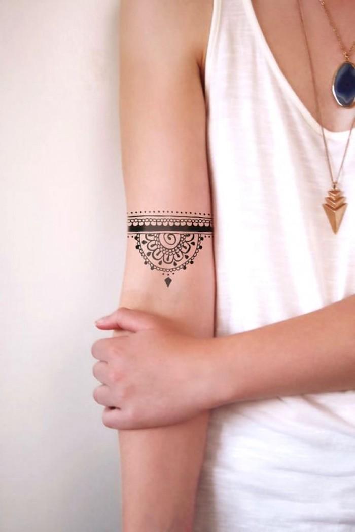 Piccolo tatuaggio sull'avambraccio di una donna con motivi mandala
