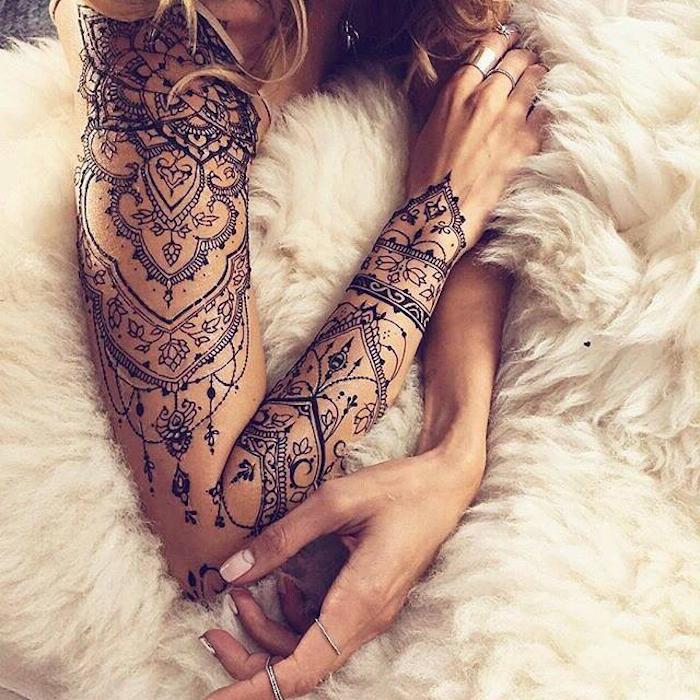 Braccio con un grande tatuaggio mandala, donna con capelli biondi