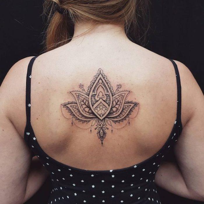 Tatuaggi piccoli particolari femminili da fare sulla schiena con il fiore di loto e mandala