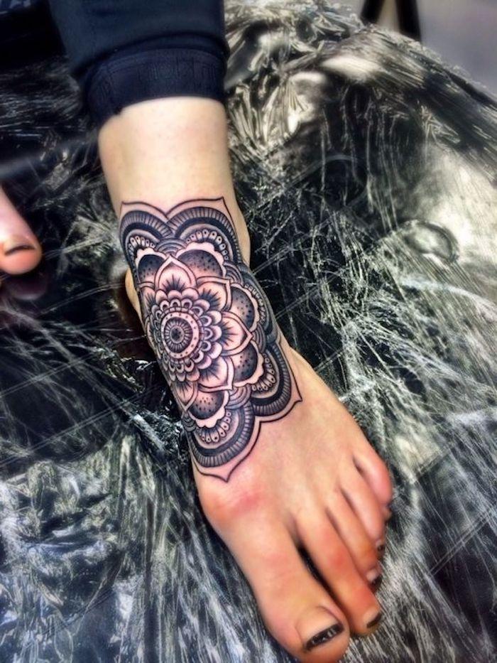 Idea per dei tatuaggi significativi con motivi mandala sul piede