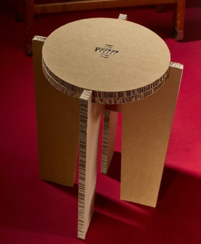 Arredamento fai da te e un'idea per la costruzione di un tavolino rotondo di cartone