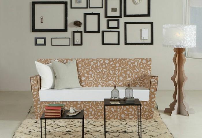 Costruire con il cartone, soggiorno con un divano e due tavolini neri di metallo