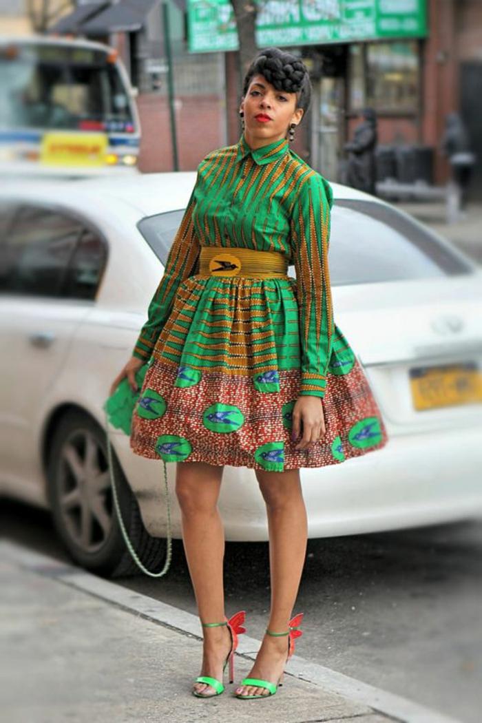Abiti africani per donne, abito verde a ruota, cintura in vita, ragazza con acconciatura treccia