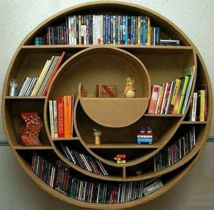 Costruire un mobile con le scatole di cartone, libreria dalla forma circolare a spirale