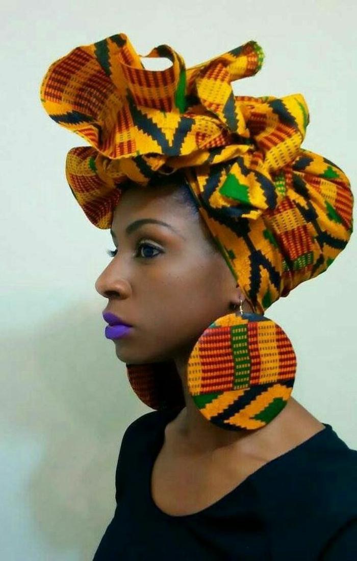 Grandi orecchini rotondi di legno, ragazza con rossetto viola, accessori di stoffa per i capelli