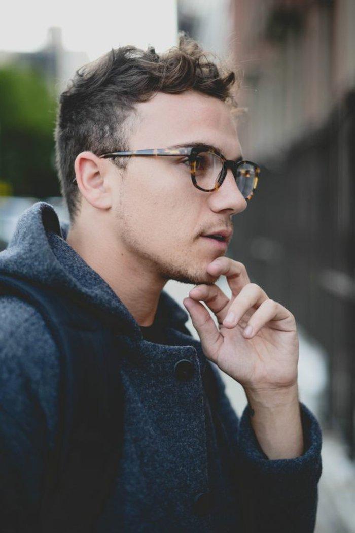 Idea per dei capelli mossi uomo più corti ai lati, ragazzo con viso di profilo e occhiali da vista
