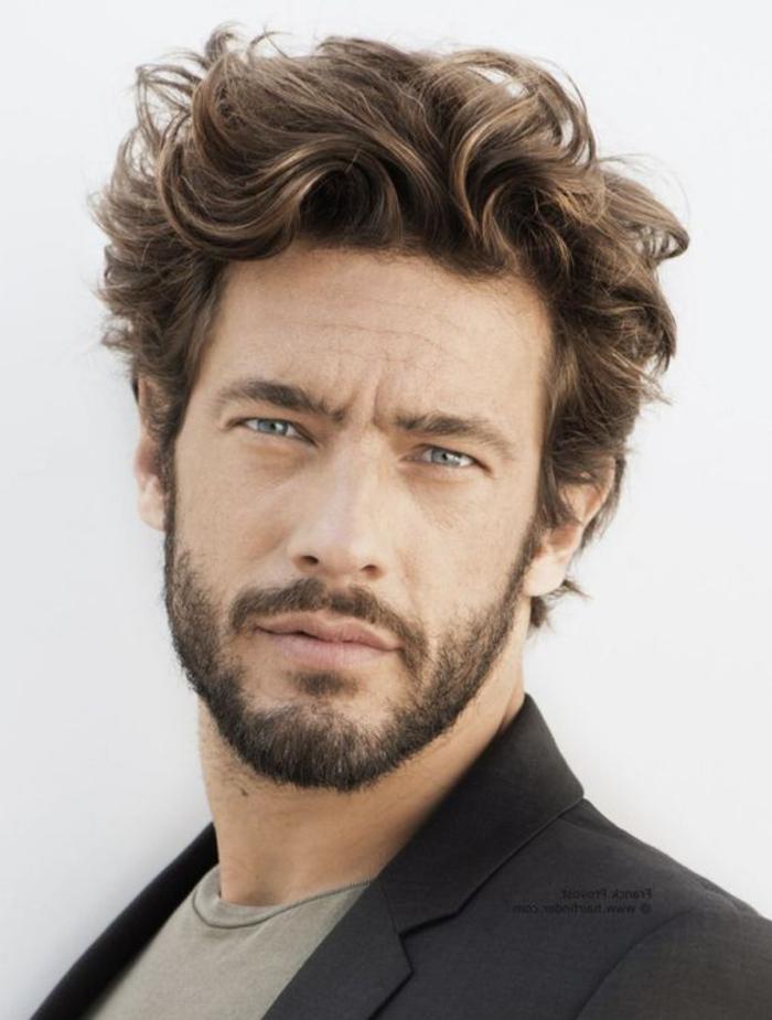 Idea pettinatura per dei capelli corti uomo di colore castano con sfumature