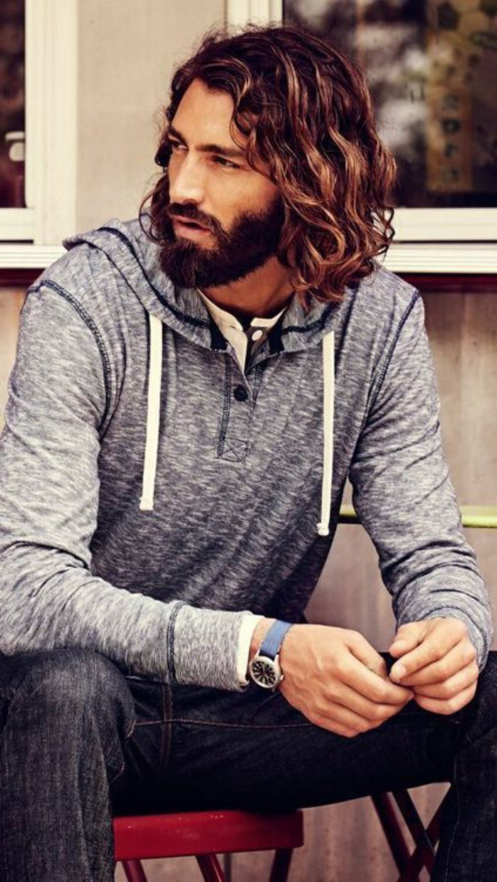 Idea per un'acconciatura uomo con dei capelli lunghi e mossi di colore castano