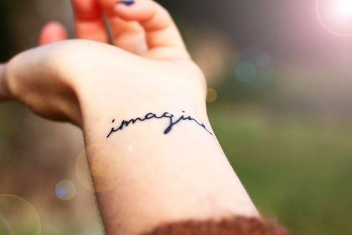 Tatuaggi braccio donne, tattoo scritta imagine sul polso della mano