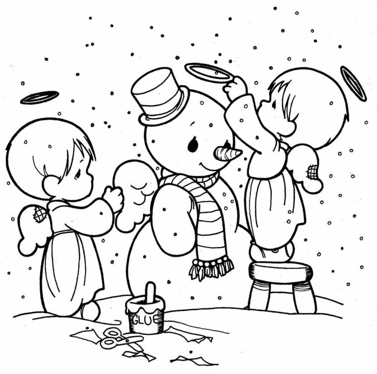 Disegno di un pupazzo di neve, angeli con ali, forbici con foglietti per terra