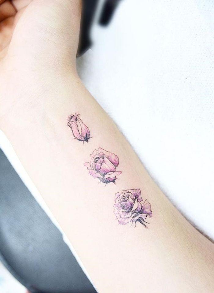 Idea per dei tatuaggi piccoli particolari femminili sull'avambraccio con tre rose colorate