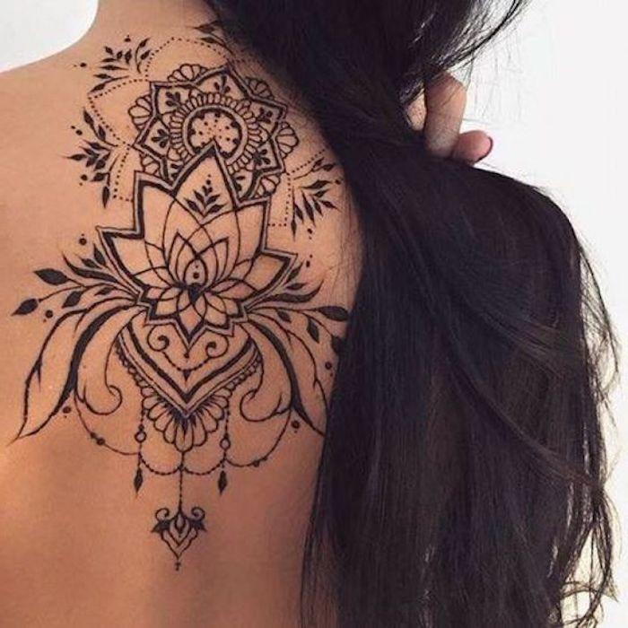 Donna con un tatuaggio mandala sulla schiena di una donna