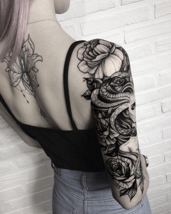 Disegni con fiori e serpente come idea per tatuaggio donna da fare sul braccio e la schiena