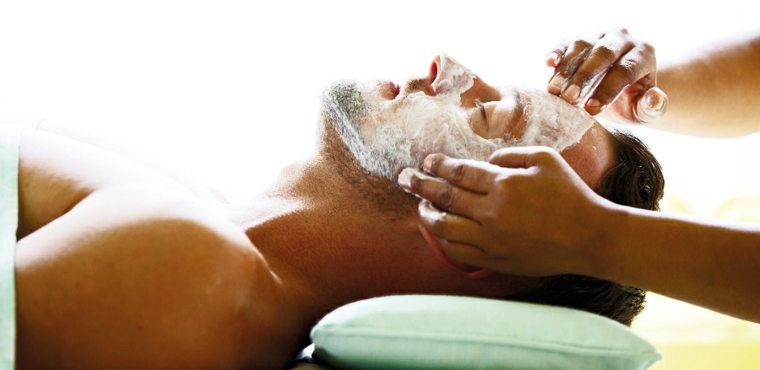 Regalo per fidanzato e un'idea con un massaggio con maschera per il viso