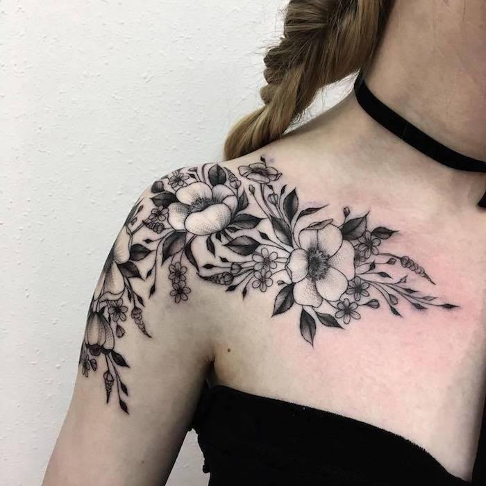 Tatuaggi braccio donne con motivi floreali, ragazza con top nero e capelli a treccia