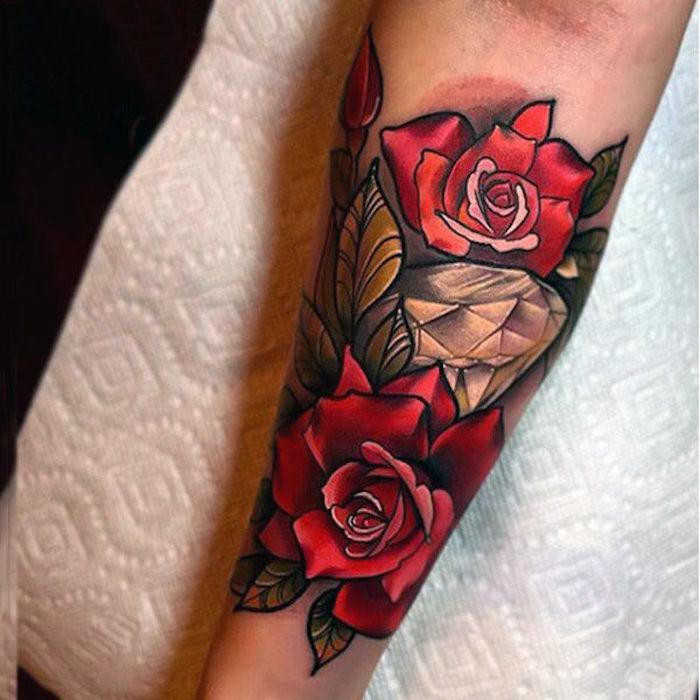 Idea per un tatuaggio donna con rose colorate sul braccio