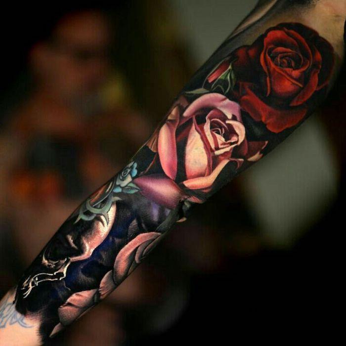 Tatuaggi significativi con il disegno di rose colorate sul braccio di una donna