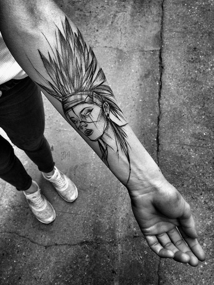 Tattoo simboli e un'idea di tatuaggio bianco e nero sull'avambraccio di una donna