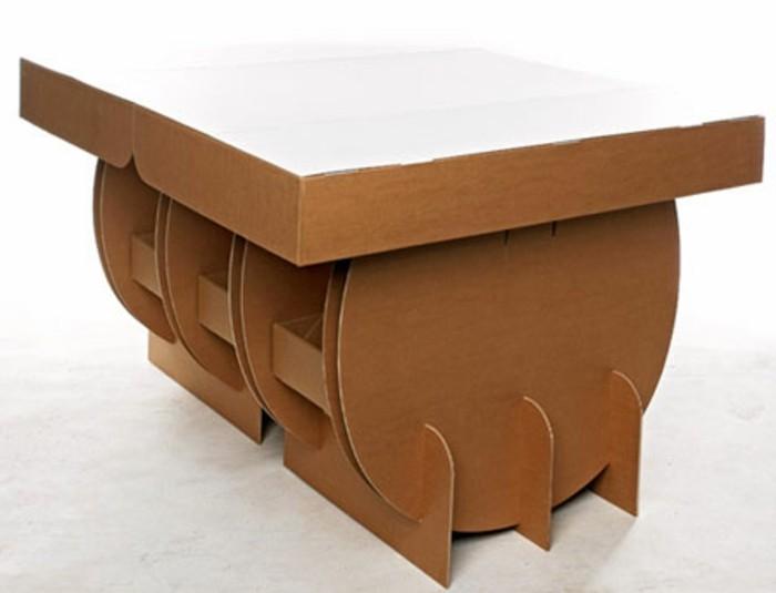 Costruire con il cartone, tavolo da pranzo con scatole di imballaggio