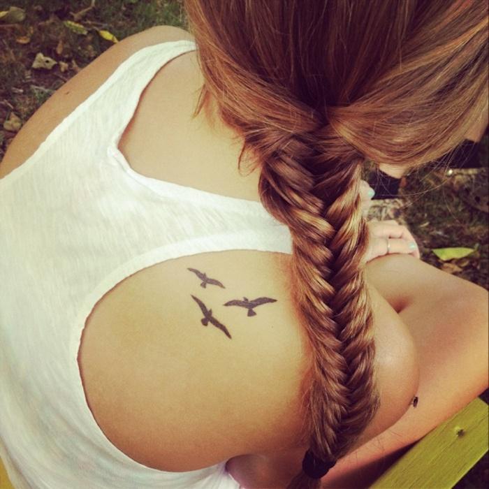 Idea per dei piccoli tatuaggi significativi con uccelli, tattoo ragazza sulla schiena