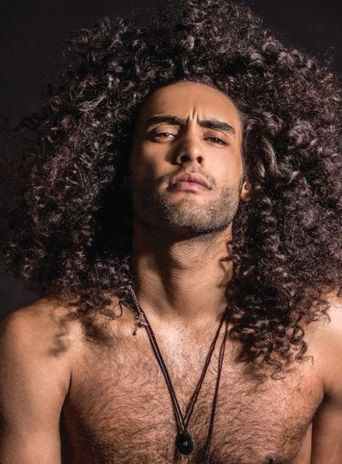 Idee pettinature uomo con capelli molto lunghi e ricci di colore castano scuro