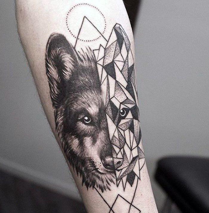 Tatuaggio con la metà della faccia di un lupo con forme geometriche