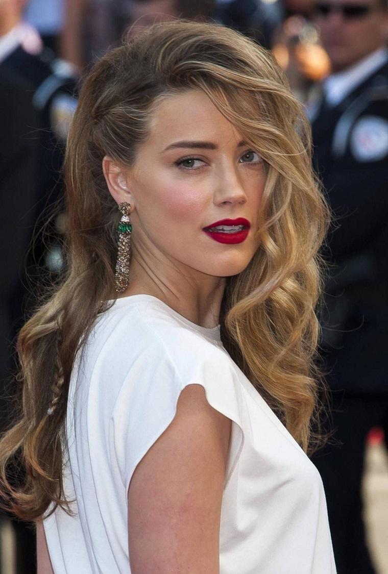 Acconciature capelli lunghi sciolti, l'attrice Amber Heard con abito bianco, capelli mossi tirati di lato
