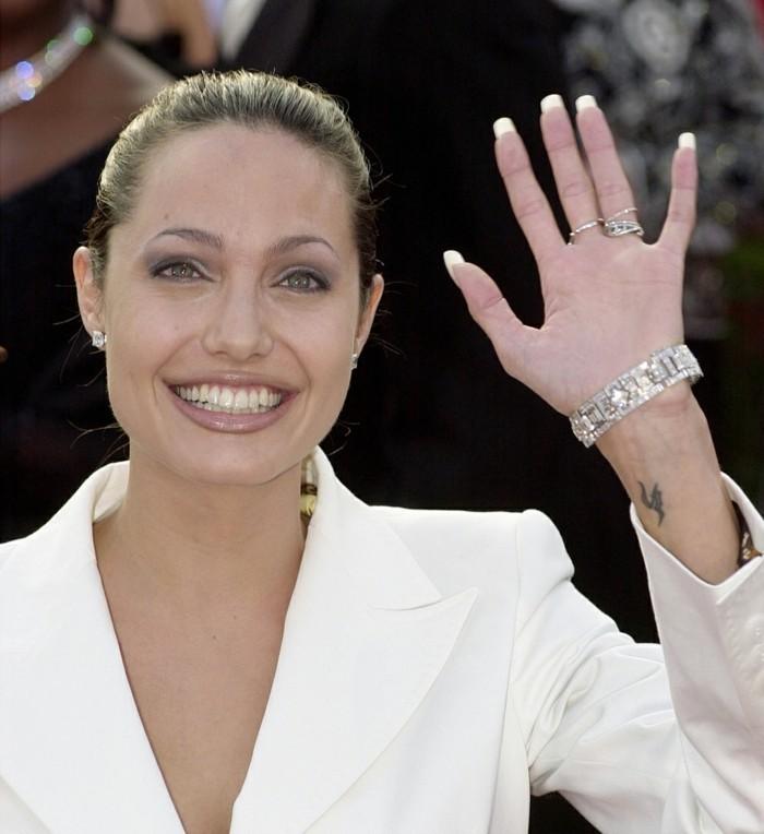 Tatuaggi stilizzati sul polso, l'attrice Angelina Jolie con un tatuaggio, tattoo polso della mano