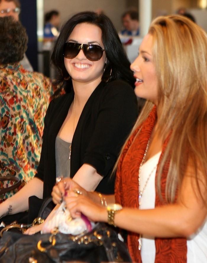 La cantante Demi Lovato con una ragazza, ragazza bionda, tatuaggi piccolo sul braccio