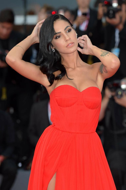 Abito rosso con spacco, Giulia De Lellis con capelli neri, acconciature capelli media lunghezza