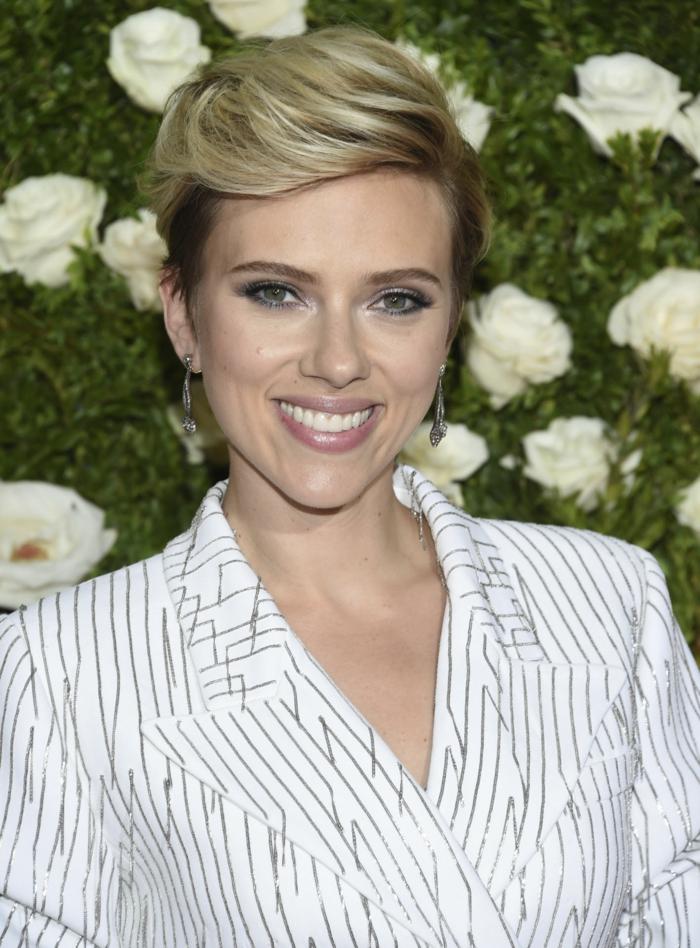 L'attrice Scarlett Johansson con i capelli corti, capelli biondi con radici scure, pettinatura stile pompadour