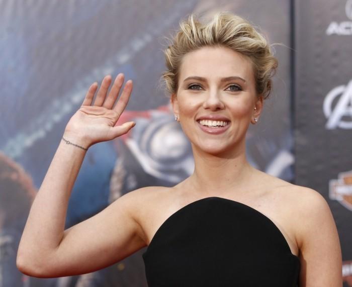 Tattoo particolari sul polso, Scarlett Johansson con capelli biondi, vestito di colore nero
