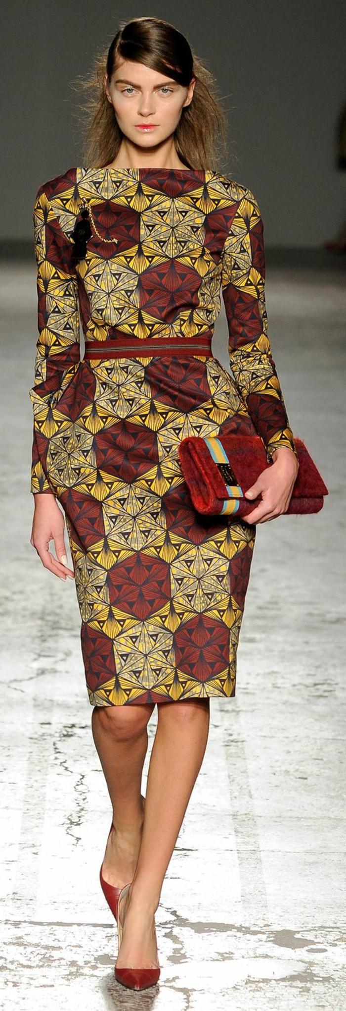 Tessuti africani di colore rosso e giallo, abito tubino con cintura in vita, borsetta clutch per la mano