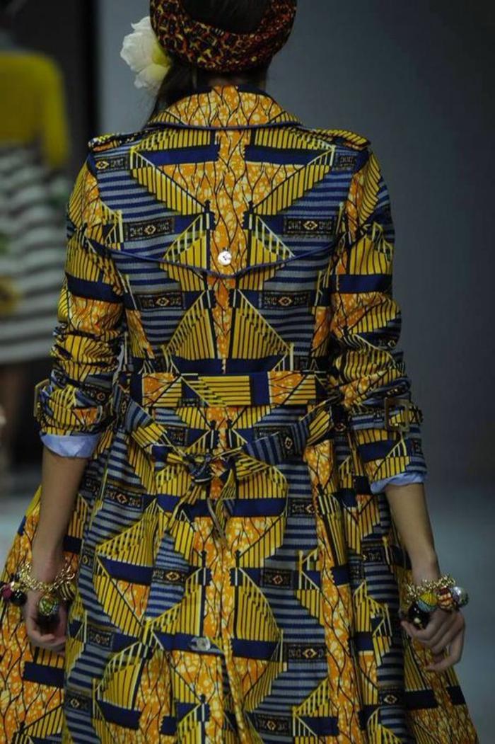 Abbigliamento donna da passerella, ragazza con trench lungo, stampe forme geometriche