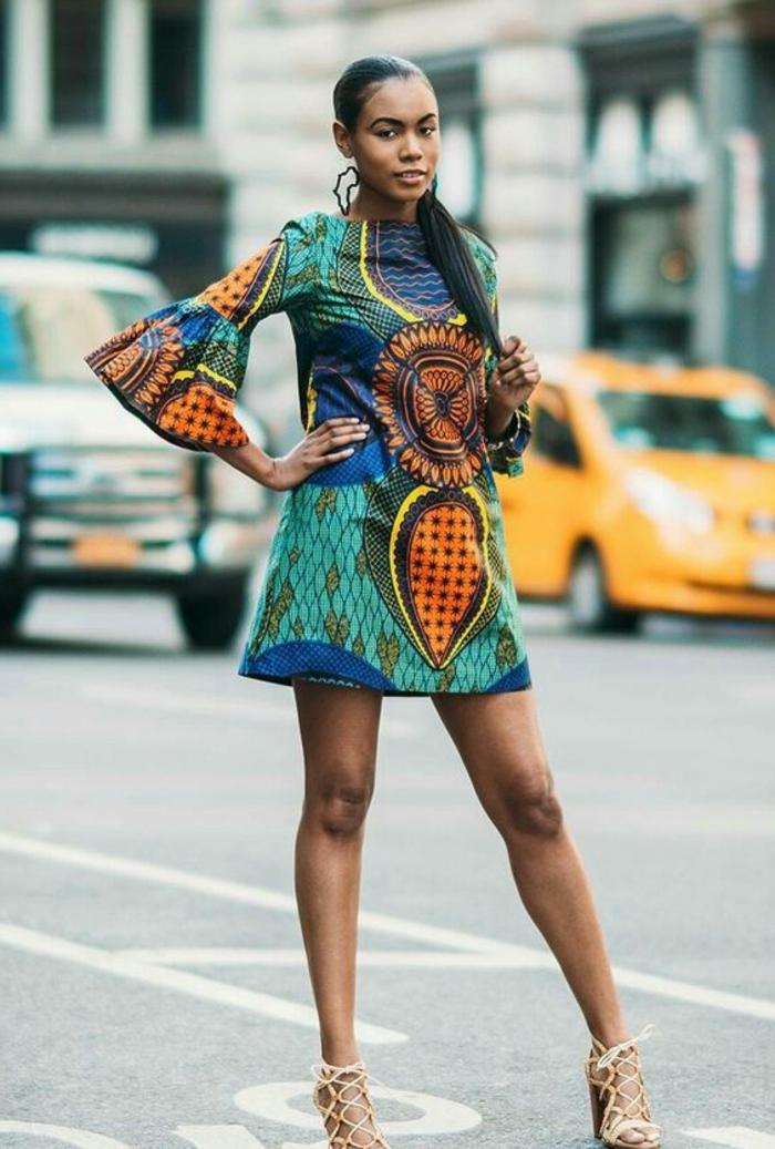 Moda femminile con stampe africane, vestito midi colorato, manica peplum, ragazza con capelli lisci