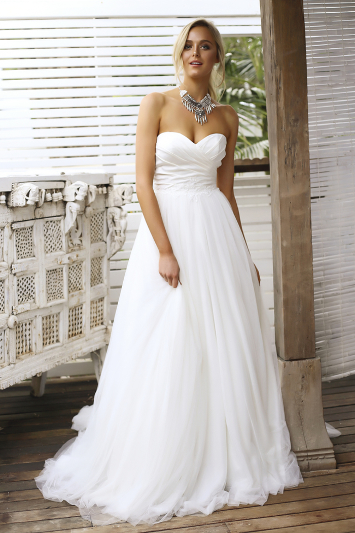 Ragazza con capelli biondi, abito da sposa bianco, abito con scollo a cuore