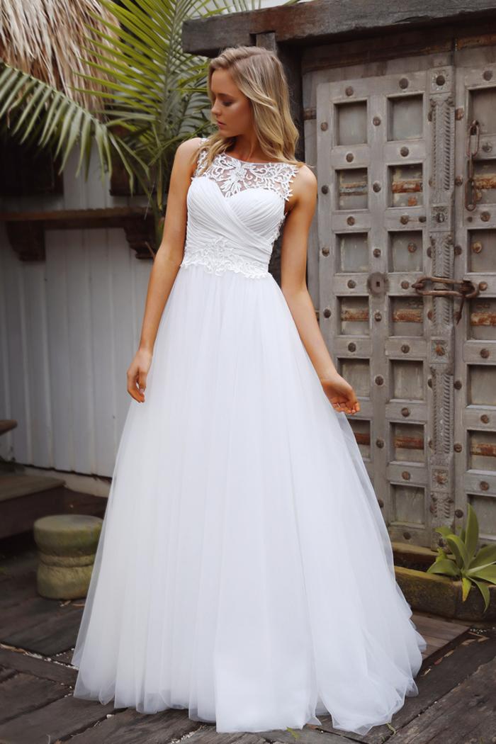 Ragazza con capelli biondi, abito da sposa principessa, vestito bianco con tulle
