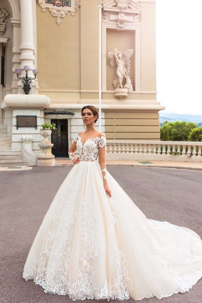 Ragazza con capelli legati, abiti da sposa principeschi, vestito con tulle, abito sposa con decorazioni floreali