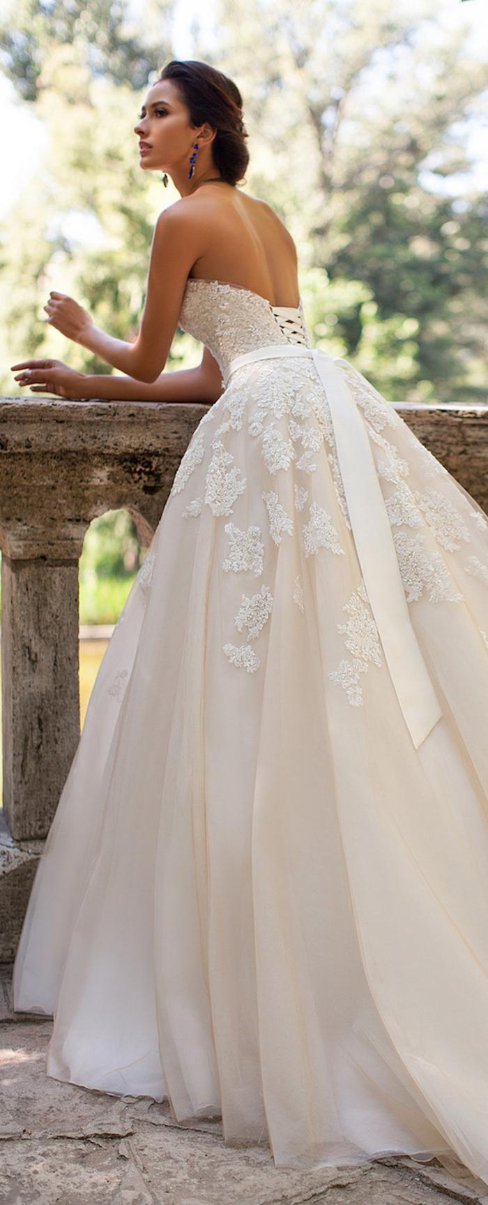 Sposa con capelli legati, abiti da sposa principeschi, vestito bianco con ricami