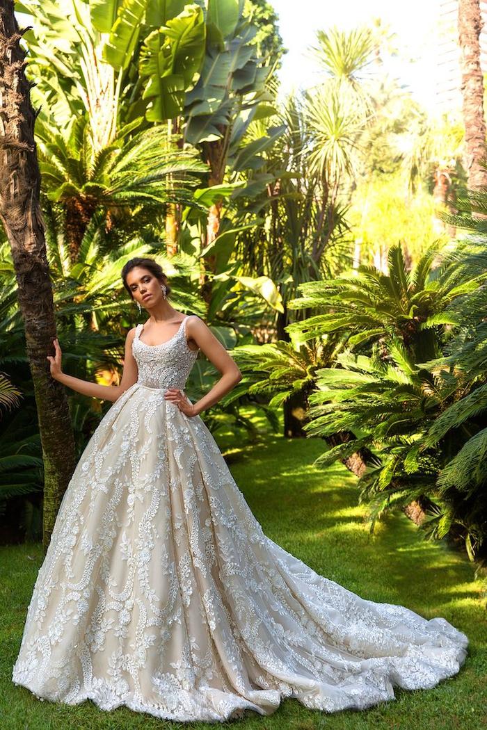 Vestito con ricami floreali, abiti da sposa stretti in vita, ragazza con capelli castani