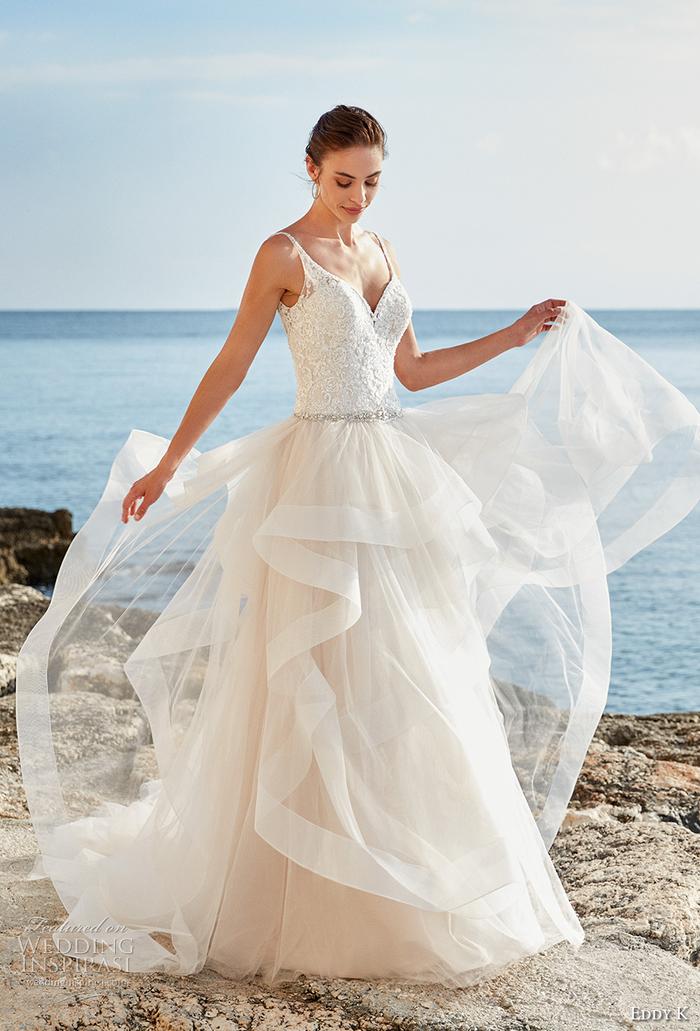 Vestiti da sposa colorati, ragazza con abito da sposa, vestito asimmetrico con scollo