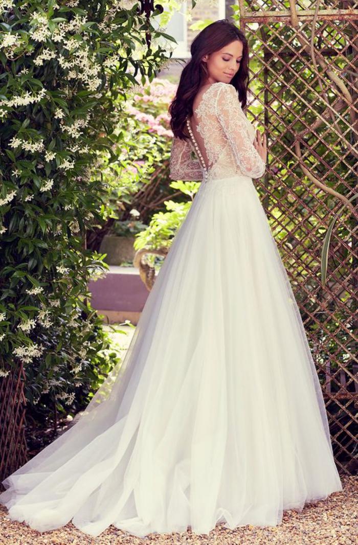 Sposa da principessa, abito bianco con tulle, vestito schiena scoperta, abito con pizzi