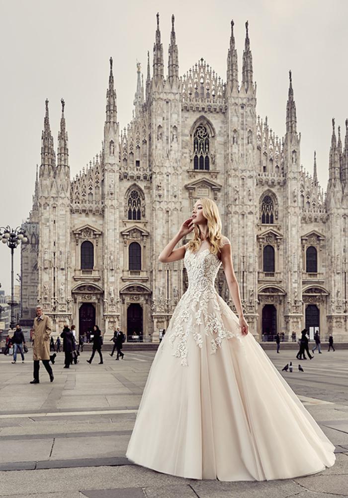 Vestiti da sposa colorati, ragazza in piazza Duomo, abito color crema con pizzo